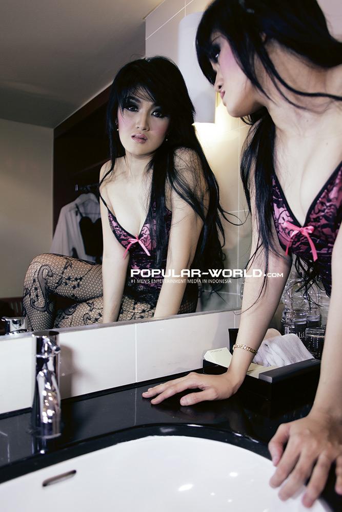 Foto Model Hot Majalah Popular, Baby Juwita - Ada Yang Asik