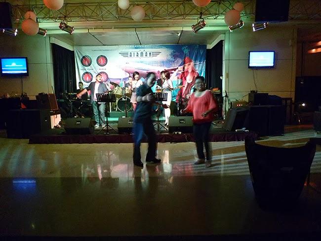 Santy y Herri bailando en el hotel Sultán de Yakarta