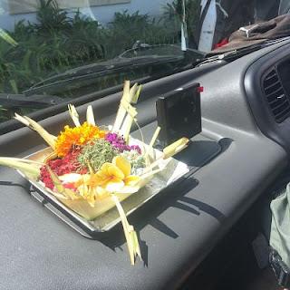 Cestito con ofrenda en el coche. Bali.