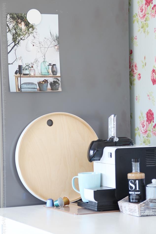 Kaffeemaschine-mit-hellblauer-tasse-und-diversen-accessoires