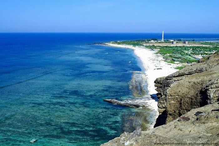 Bờ biển Lý Sơn rực rỡ nắng vàng