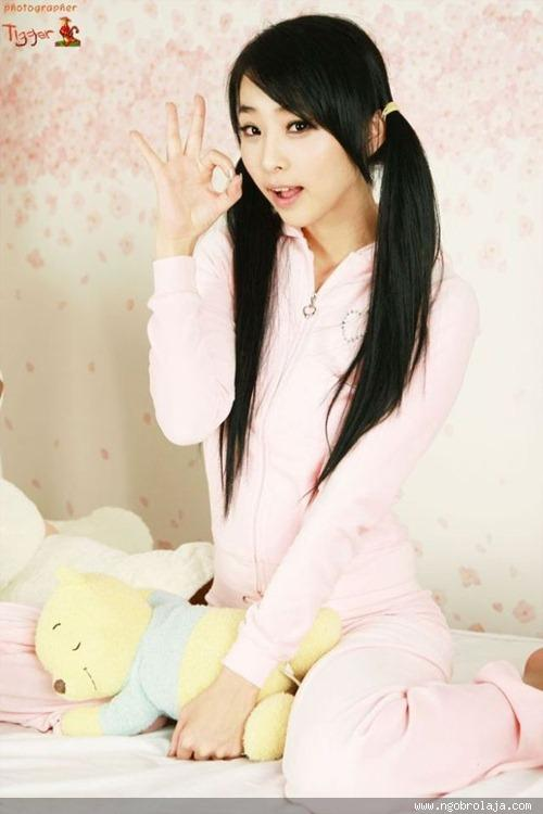 Beautiful_Asian_Girls_With_Cute_Poses__4