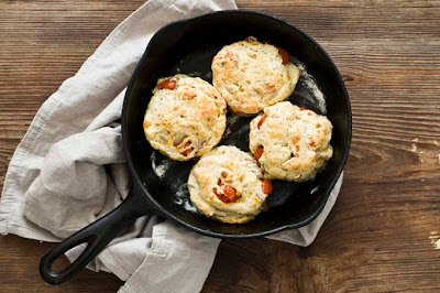 tomato cheddar bacon biscuits
