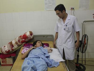 Người phụ nữ được điều trị sau khi bị hổ cắn đứt lìa tay