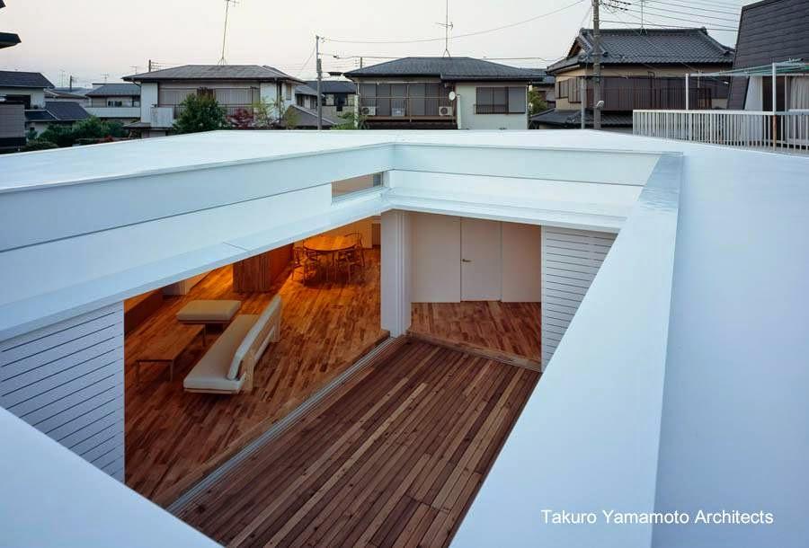 Patio central en una casa residencial urbana minimalista de Japón