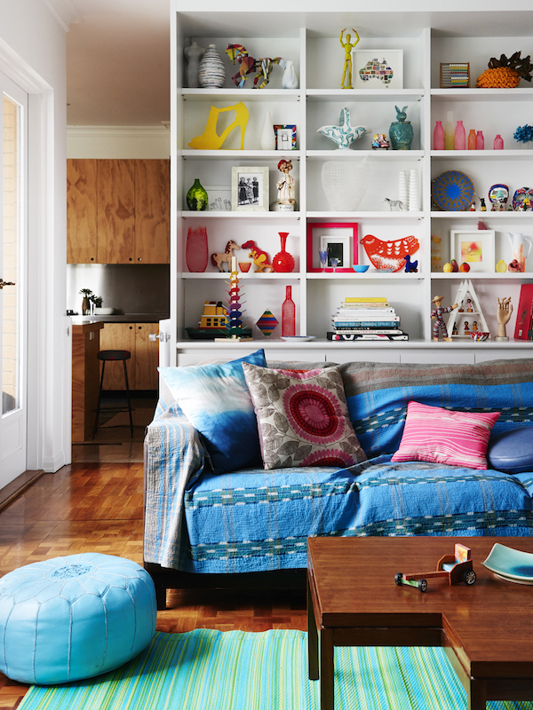 gran estantería en un salón colorido