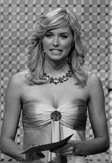 B&W pictures of Lena Gercke beautifully dressed in gold picture 4