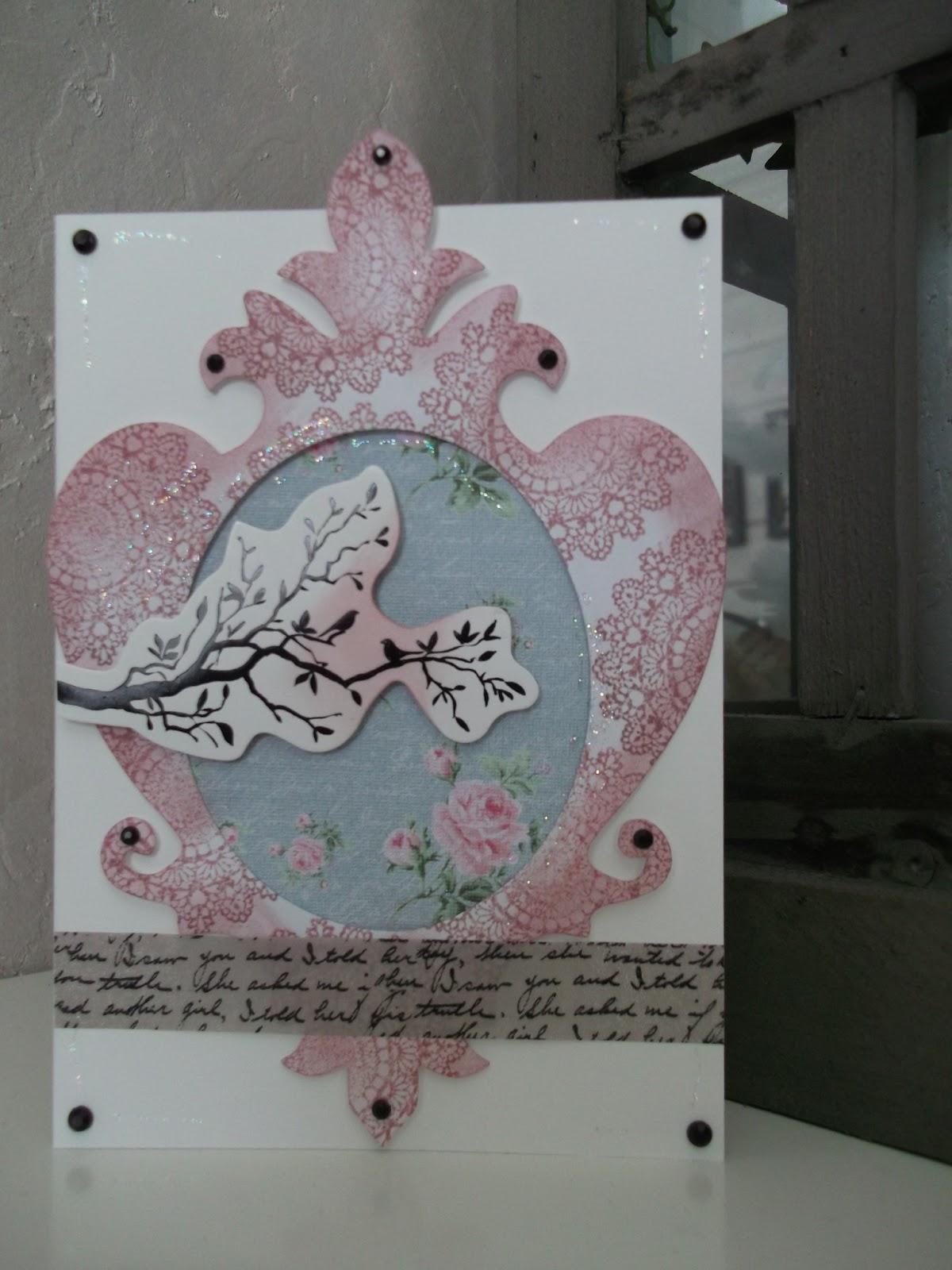 Itsetehty, värimaailmaltaan vaaleanpunainen kortti, jossa oksakuva