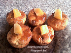 Illatos citrusos túrós muffin, narancs darabokkal és narancslekvárral a tetején.