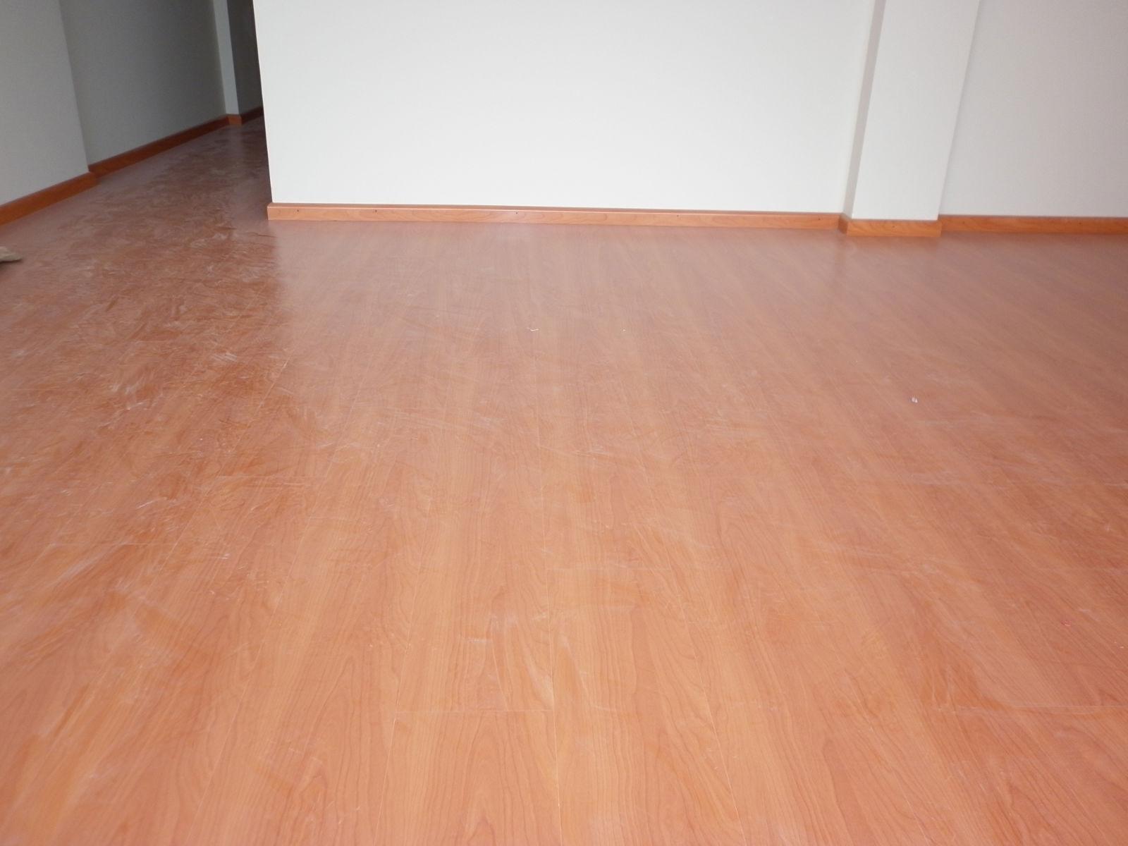 Laminarq profesionales instalando sus pisos edificio for Piso laminado instalado
