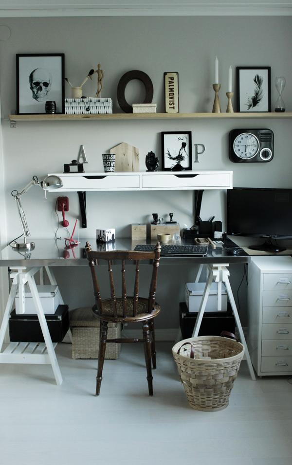 arbetsrum, renoverat, trärena hyllor, arbetsbänk, inredningsdetaljer i arbetsrummet, detaljer på arbetsbord, inredningstips, renoverad övervåning, prints i svart och vitt, retro svart klocka, kontor ikea, arbetsbord och pallar ikea, förvaring svart och vitt
