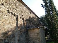 Façana de migdia amb decoració de lesenes i arcuacions de tres i quatre arquets de Sant Pere de Savassona