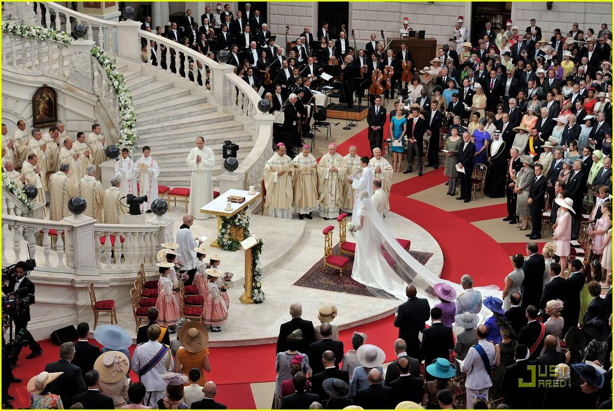 http://4.bp.blogspot.com/-AYtZarou2so/ThASksrpjqI/AAAAAAAAK1g/fCXokmkV81I/s1600/prince-albert-princess-charlene-royal-wedding-08.jpg
