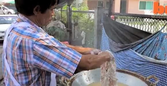 Dị nhân chiên gà bằng…tay
