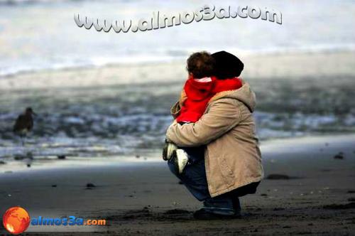 طفلة كانت تمشى مع ابيها على الشاطى وكانت اثار العاصفة قد جرفت على الشاطىء ما جعلها تكبى