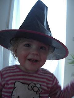 Virginia mit ihrem neuen Hexenhut vom Hexenkostüm Halloween Fasching