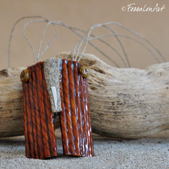 Ciondolo in corda, gommalacca, sabbia e frammento di conchiglia