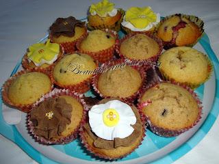 Muffins chocolate, frambuesa y lacasitos con flores de fondant