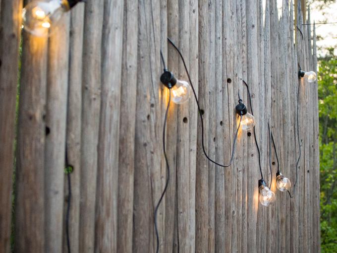 heinäseiväsaita pallovalot, terassivalot pallo, hehkulamppu valot ulkovalosarja, terassin aita heinäseipäistä