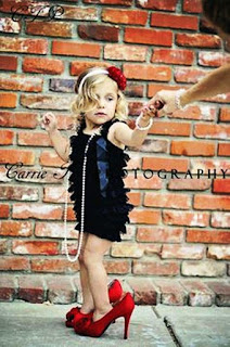 Foto Gambar Bayi Pakai Sepatu High Heels Kebesaran 5