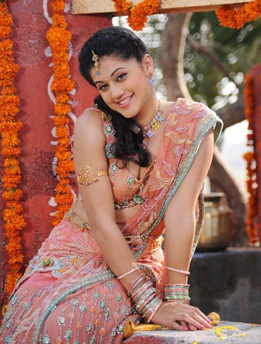 Tamil actress Taapsee Pannu Pictures in Saree
