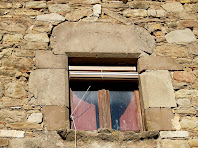 Una de les finestres amb la llinda datada al 1772 de La Pinosa