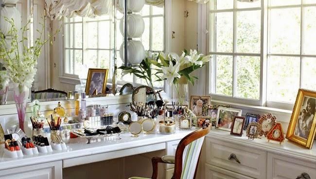 Boiserie c glamorous womens closet make up tables - Scomparti segreti in casa ...