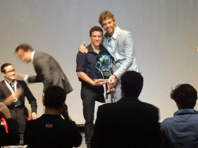 Gustavo Kuerten entrega troféu para Felipe Formentin. Foto: Arquivo pessoal