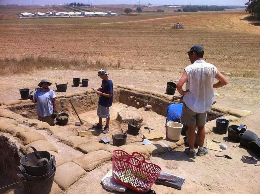 Aspecto dos trabalhos do Projeto Regional Hesi no sítio arqueológico de Khirbet Summeily, Israel.