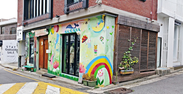 Shop with colorful mural wall caught our eyes | www.meheartseoul.blogspot.com