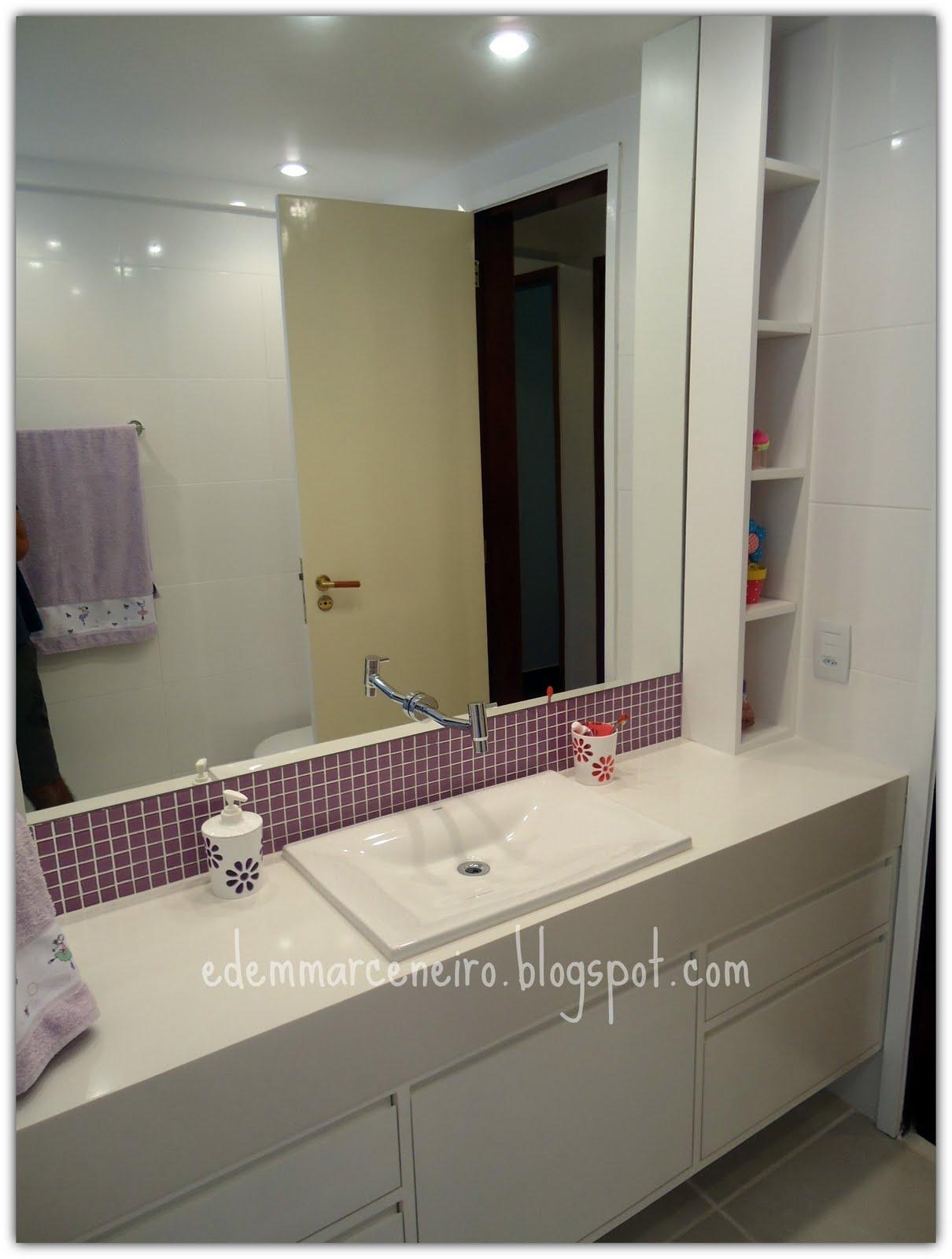 composição do armário com o nicho ficou muito legal formou um  #766F55 1210x1600 Banheiro Branco Com Nicho