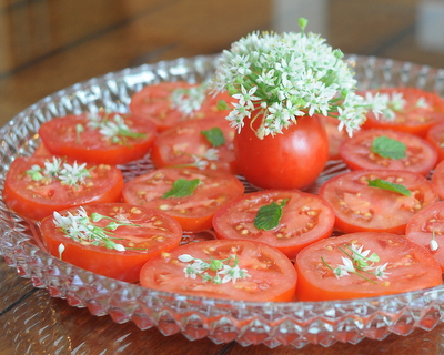Sliced Tomatoes with Garlic Chive Flowers, another Pretty Way to Serve Tomatoes @ AVeggieVenture.com.