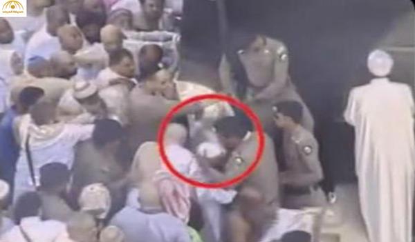 بالفيديو: شاهد ماذا فعل رجل أمن مع عجوز في المسجد الحرام؟