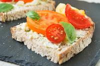 Tostada-con-mascarpone-y-tomates