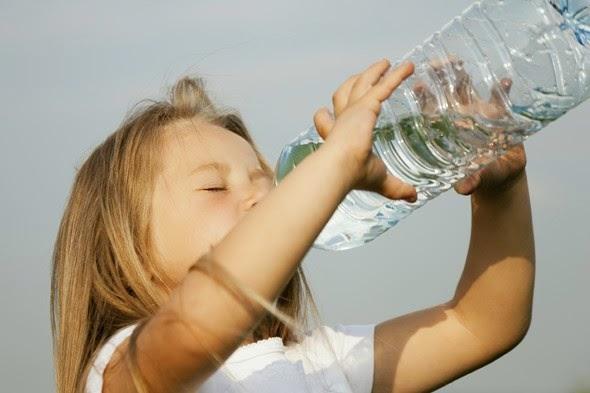 manfaat air untuk kecantikan kulit, minuman sehat dan manfaatnya, tips untuk sehat dengan air putih, cara menjaga kesehatan badan manusia dengan air putih