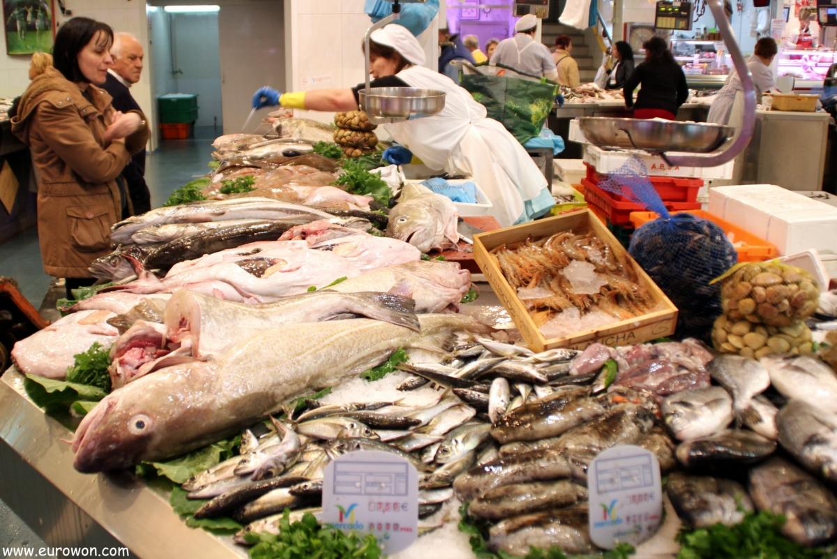 Vendiendo pescado ene l mercado del calvario de Vigo