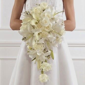 Novia sujetando rosas blancas
