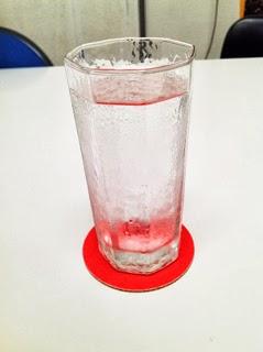 水の入ったコップを載せた「消えるコースター」