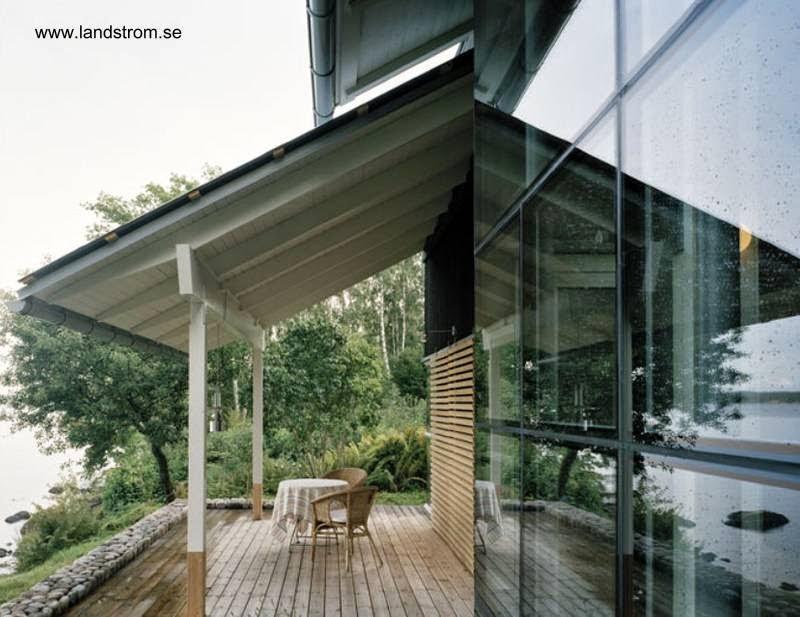 Galería exterior con techo de madera inclinado