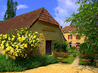 Visit the Dordogne - Click on the photo to visit our 4 star French holiday cottages in Les Eyzies.