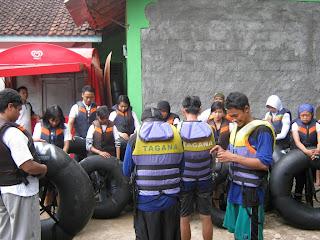 Team bersiap - siap untuk menyusuri Goa Pindul