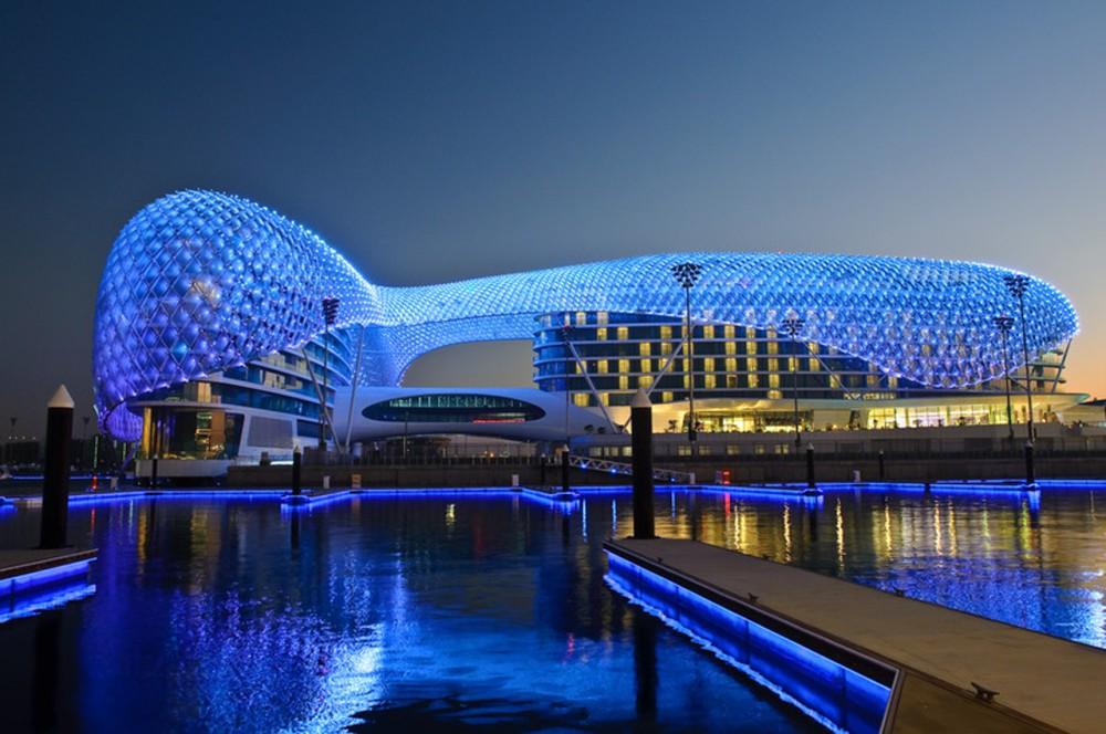 Primero arquitectura yas hotel iluminaci n led abu dhabi for 5 star hotel architecture