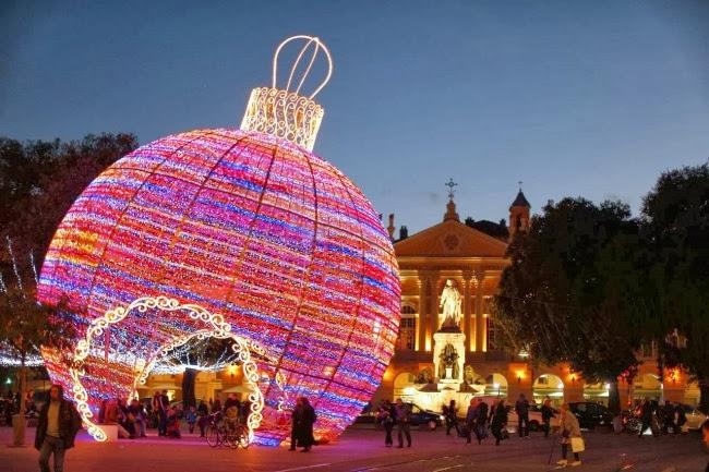 Гигантский елочный шар в Ницце, Франция