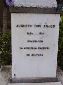Lápide do túmulo de Augusto dos Anjos no Cemitério Nossa Senhora do Carmo, Leopoldina, MG