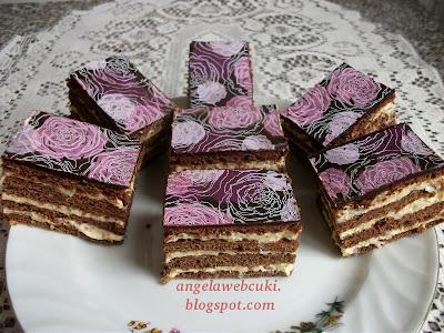 Kókuszkrémes mézes kocka recept, kakaós tésztalapból álló sütemény, virágos transzferfóliával.