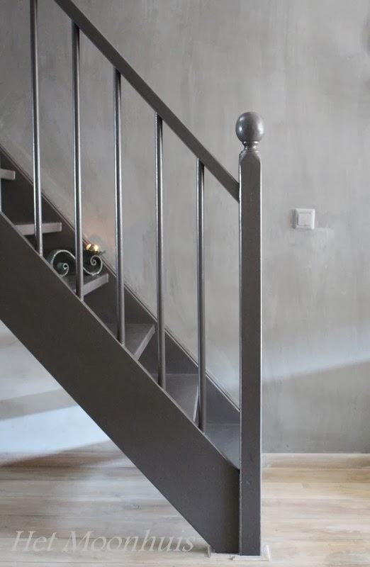 Het moonhuis de trap - Geschilderde houten trap ...