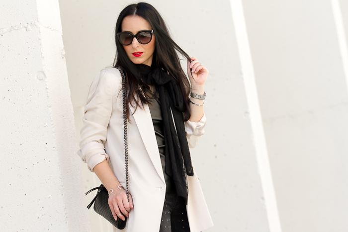 estilismo de blogger valenciana de moda con labios rojos blazer color maquillaje