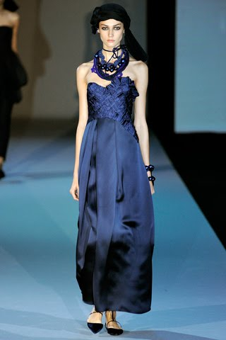 She Wore A Navy Blue Silk Satin Strapless Gown With Grosgrain Ribbon Detailing From Giorgio Armani Spring 2011 Collection Interesting That On The Runway
