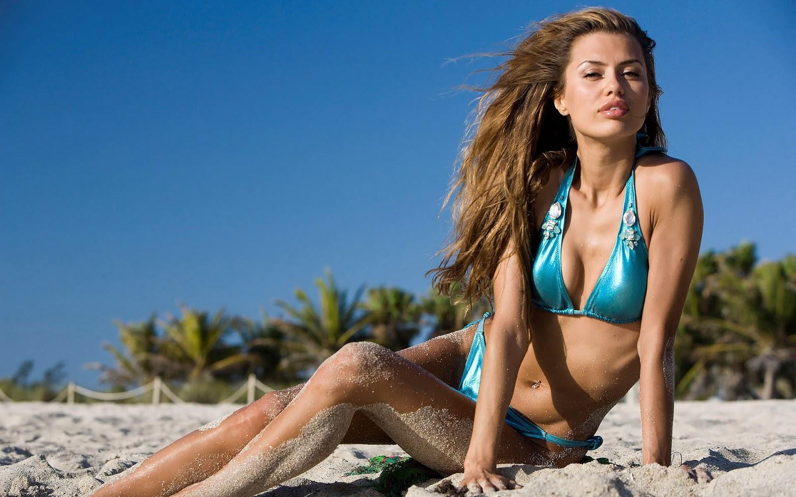 http://4.bp.blogspot.com/-AjQWfkb5X4U/UHSUNbevXRI/AAAAAAAAGF0/zVVSO_SRO94/s1600/wallpaper-met-een-mooie-meid-in-blauwe-bikini-op-het-strand.jpg