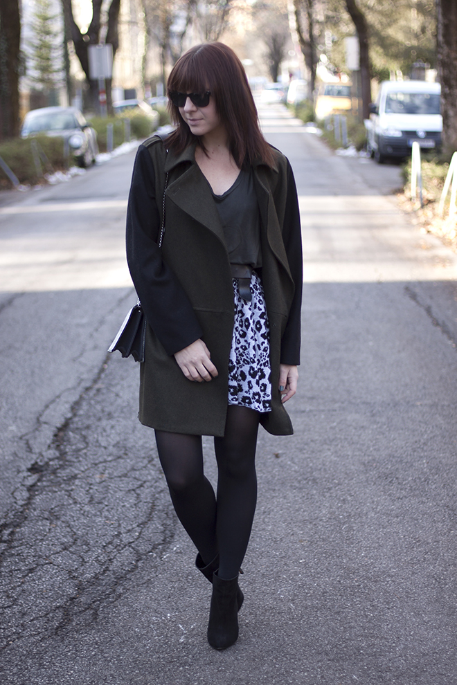 outfit-trend-fashionblogger-who-is-mocca-hut-kombinieren-mango-oversize-mantel-khaki-leoparden-rock-basic-shirt-boots-zara